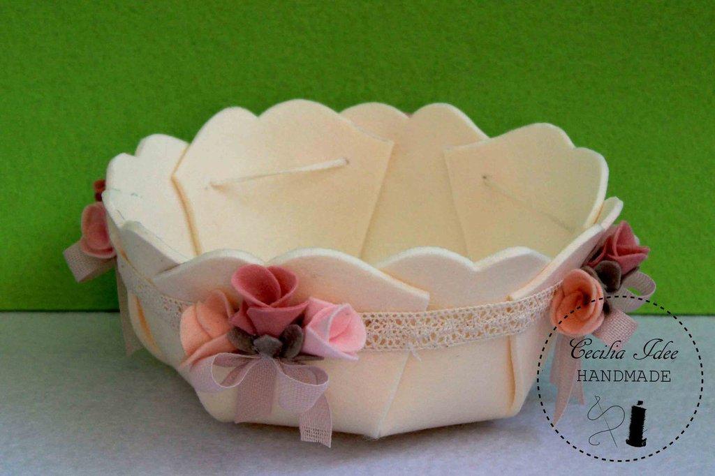 cestino in feltro decorato con fiori