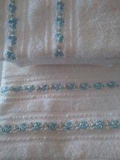 Coppia di asciugamani bianchi con doppia fila di fiorellini di  primavera bianchi e celesti
