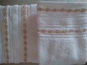 Coppia di asciugamani bianchi con doppia fila di fiorellini di  primavera bianchi e beige