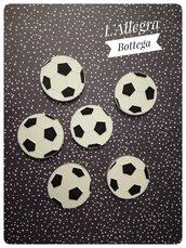 Gessetto a forma di pallone di calcio colorato a mano