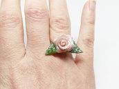 Anello rosa rosa e foglie verde, anello argentato, elegante, rosa rosa, anello romantico, pasta di mais, porcellana fredda, anello fiore
