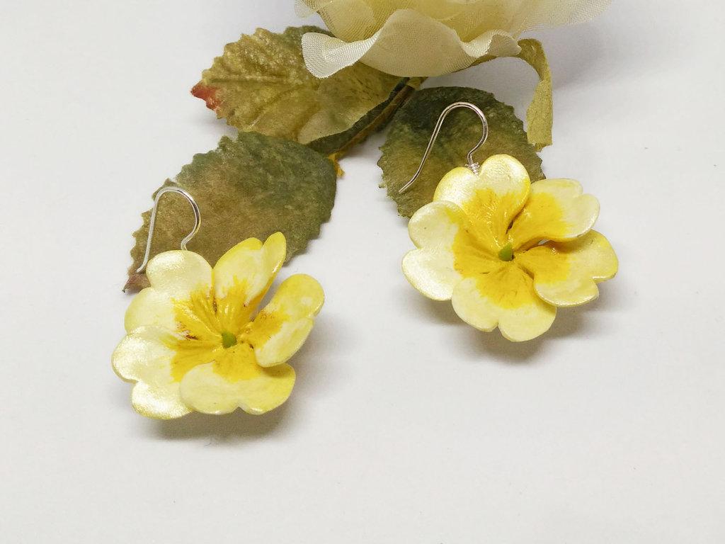 Orecchini con primule gialle, orecchini floreali, fiori di campo, primavera, primule, natura, primula, pasta di mais, porcellana fredda