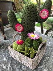 Composizione di cactus di feltro in cestino di vimini quadrato