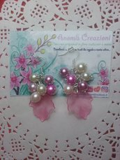 Orecchini pendenti con foglia rosa effetto ghiaccio e perline. Altri colori nelle inserzioni