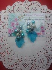 Orecchini pendenti con foglia azzurra effetto ghiaccio e perline. Altri colori nelle inserzioni