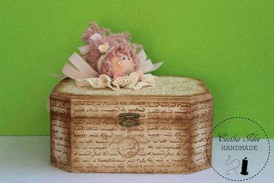 scatola in legno con bambolina