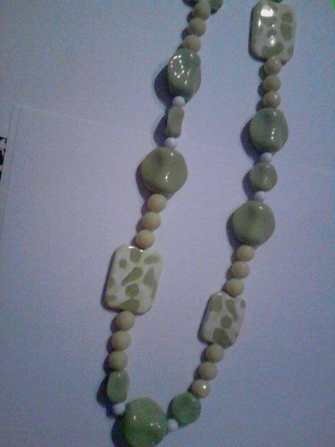collana di perle gialla e verde