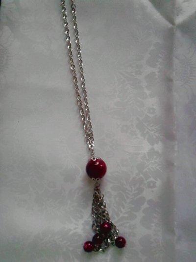 collana di catena e perle rosse