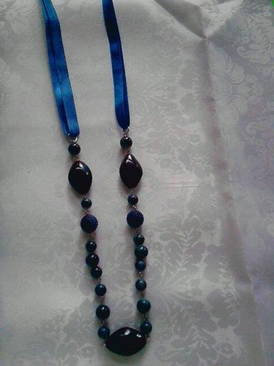 collana con perle blu e raso