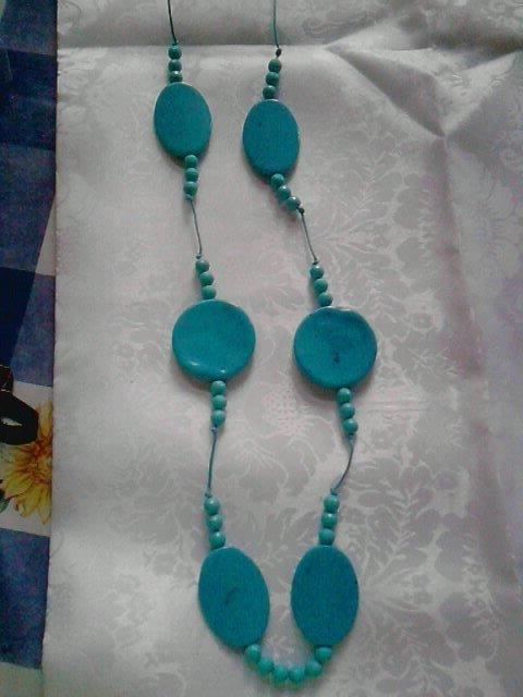collana lunga con perle piatte azzurra