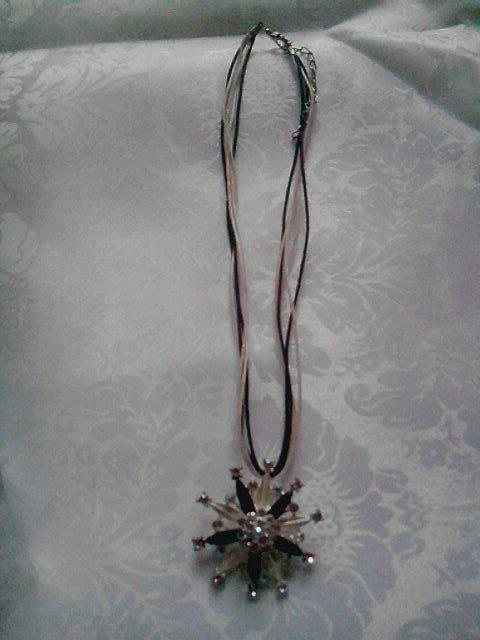 collana con fili e ciondolo