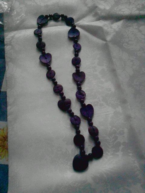 collana con perle di legno viola