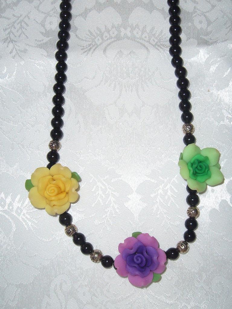 collana di perle nere argentone e rose in fimo