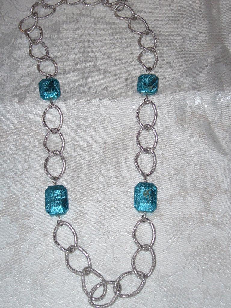 collana con catena e perle azzurro metalizzato