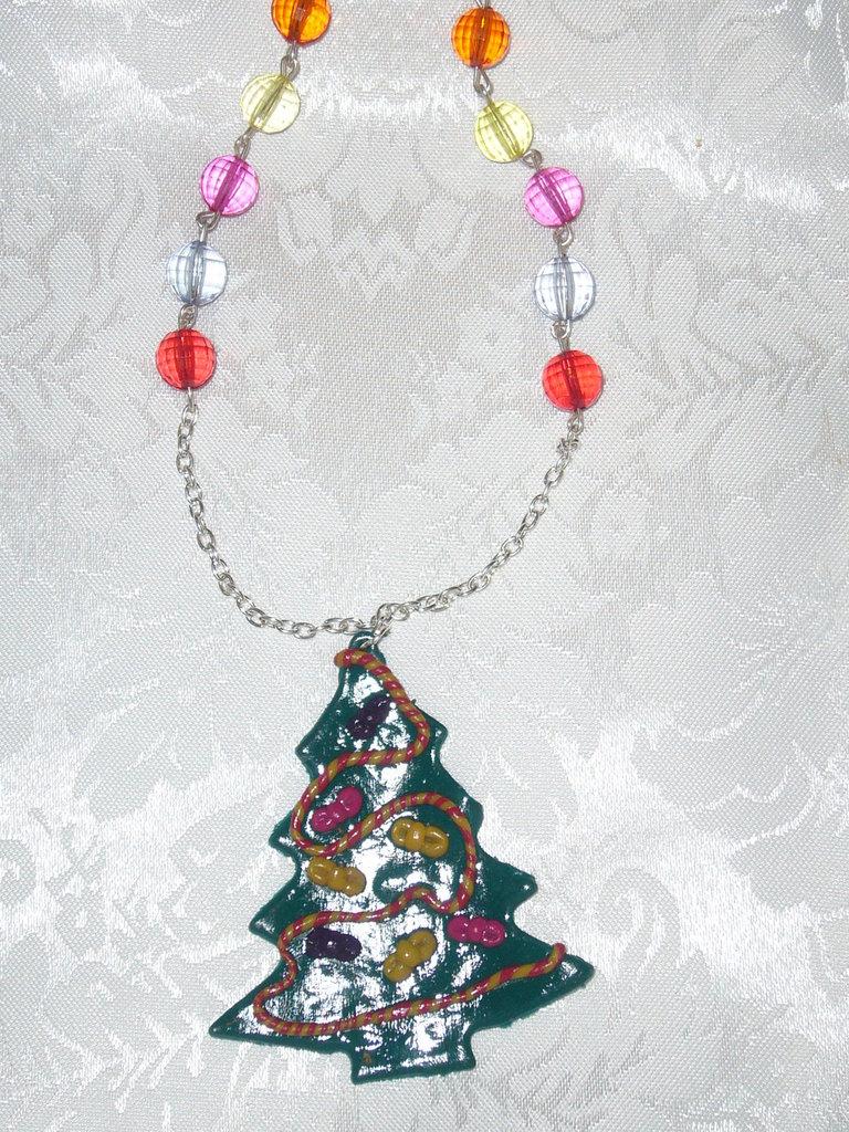 collana con perle e ciondolo albero di natale