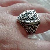 Anello Personalizzato Sigillo a forma di Scudo in argento con decorazioni laterali