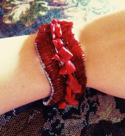 Bracciale rosso con pietre