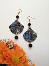 Orecchini pendenti di carta a ventaglio con fantasia floreale e perle nere.