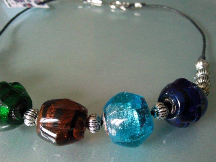 Collana con perle di vetro