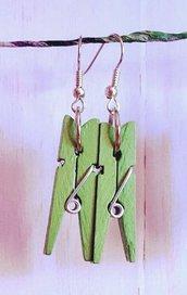 Orecchini con mini mollette in legno - Verdi