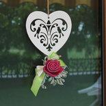 cuore intagliato con rosa