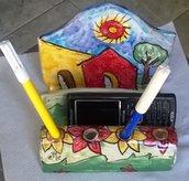 Porta tutto da scrivania di maiolica manufatto variamente colorato per penne e cellulare