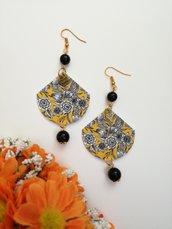 Orecchini di carta pendenti con fantasia floreale e perle nere