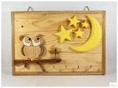 gufo in legno che guarda la luna, appendi chiavi in legno, gufo in legno intarsia, tecnica legno ad intarsia, lavorazione ad intarsia