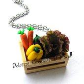 Collana cassetta di verdura - insalata, melanzana, carote, peperone giallo - miniature, handmade, idea regalo - vegetarian - vegan