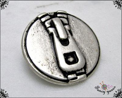 5 bottoni mm.23, in metallo satinato, con particolare incisione di zip e cursore, attaccatura gambo