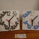 Orologio in legno con fiori o farfalle