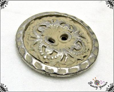 5 bottoni mm.25, in metallo colore argento, con particolare verniciatura effetto invecchiato, attaccatura  2 fori