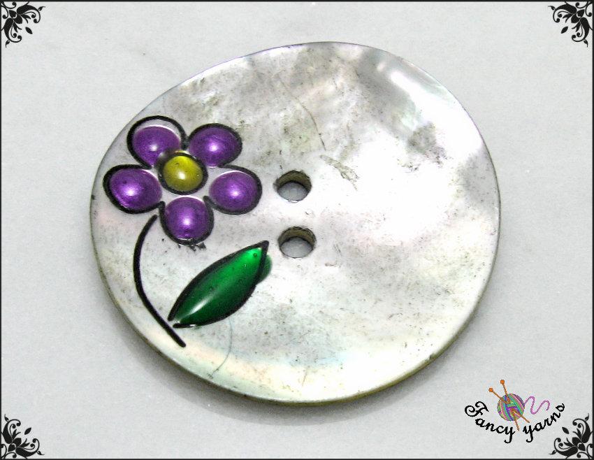 1 bottone in madreperla, fiore smaltato, mm.28 attaccatura 2 fori