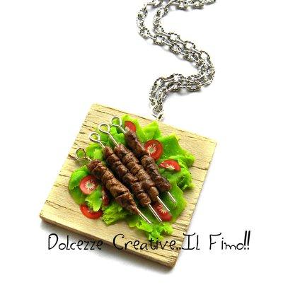 Collana vassoio Arrosticini - spiedini di carne di pecora - miniature - handmade idea regalo in fimo