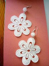 orecchini con fiore in cotone e  cristallo di rocca
