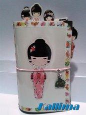 Astuccio per Traveler's notebook  KALLIDORI stile Kokeshi fatta a mano in gomma eva   e carta stampata plastificata.