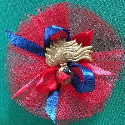 Bomboniera in tulle rosso decorata con fiamma dei carabinieri e coccinella portafortuna realizzate in pasta FIMO