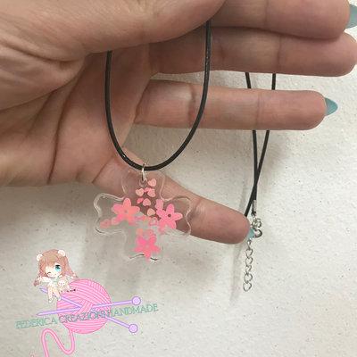 Collana trasparente con paillettes rosa in resina forma fiore