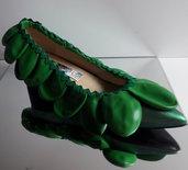 Ballerina a punta con tacco  realizzate con colori metallici in verde e palloncini in tinta.