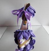 Dècolletè con cinturino realizzata con il dècoupage e decorata con palloncini viola.