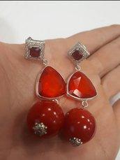 Rosso relativo, orecchini pendenti.
