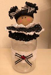 Barattolo di plastica con bambolina di feltro in feltro nero a pois bianchi