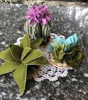 Piccoli cactus di feltro su base di legno