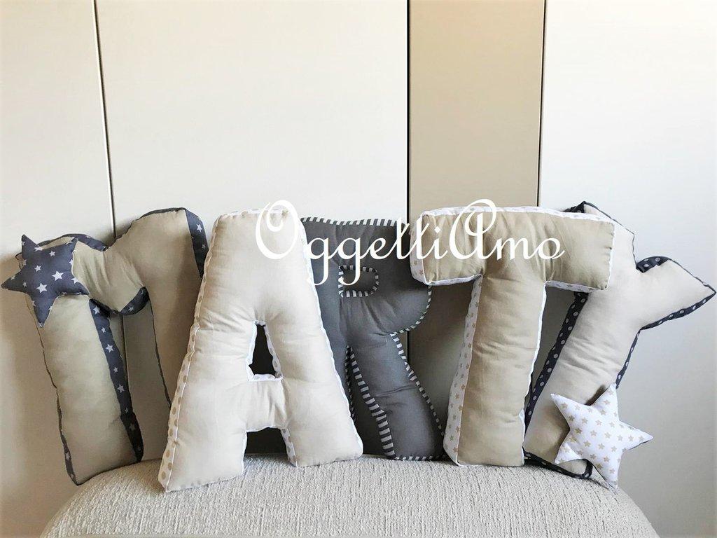 Set di 5 cuscini materasso a forma di lettera per decorare la cameretta di Martino