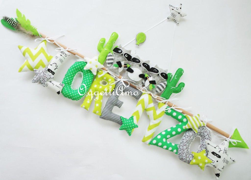 Simpatici procioni per il fiocco nascita del piccolo Lorenzo: una targa grigia e verde per decorare la sua cameretta