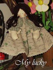 Bambolina in romantico lino, con pizzi e merletti.