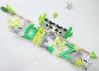 Una targa verde e grigia con simpatici procioni e stelline per annunciare la nascita di Lorenzo: un'idea regalo per decorare la sua cameretta!