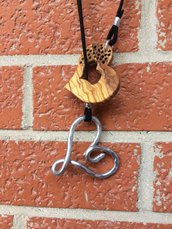 Collana con ciondolo in Alluminio e legno di ulivo