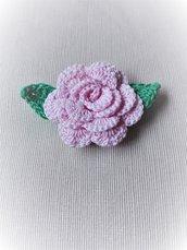 rosa all'uncinetto con calamita bomboniera o segnaposto
