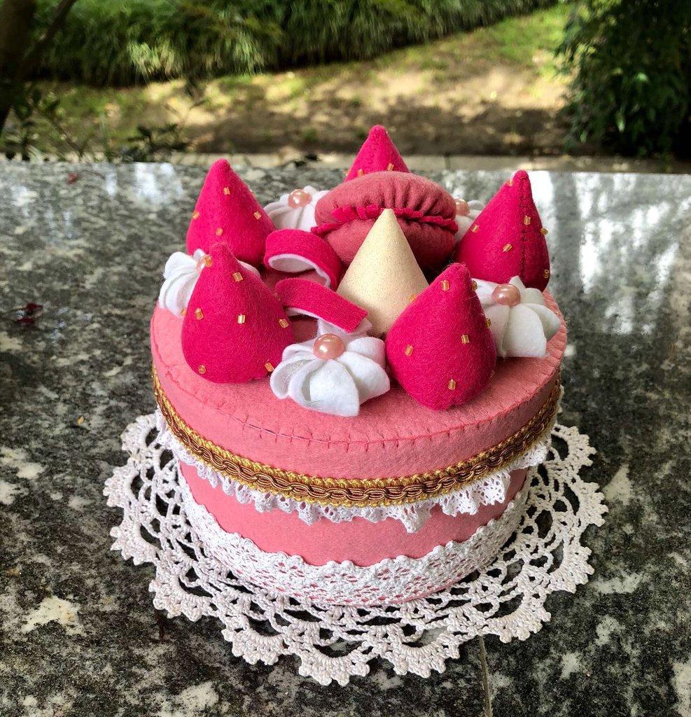 Scatola rivestita di feltro, torta fragole e panna